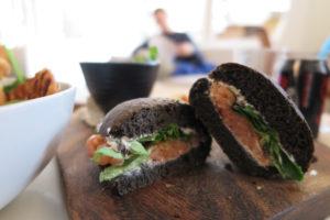 Snack veloce Bocconcini di pane nero con salmone